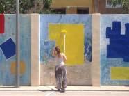 Mare d¡alumne col·laborant en el mural